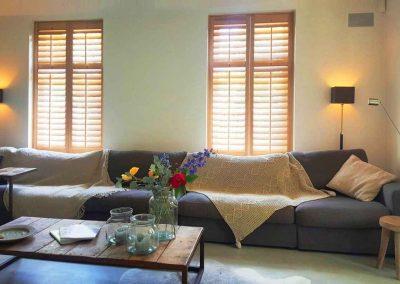 Eiken shutters interieur met natuurlijke materialen
